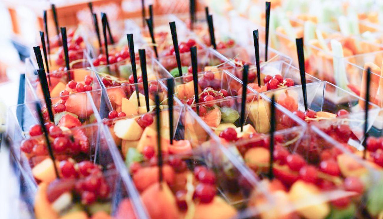 Dessertplatte mit Fruchtsalat