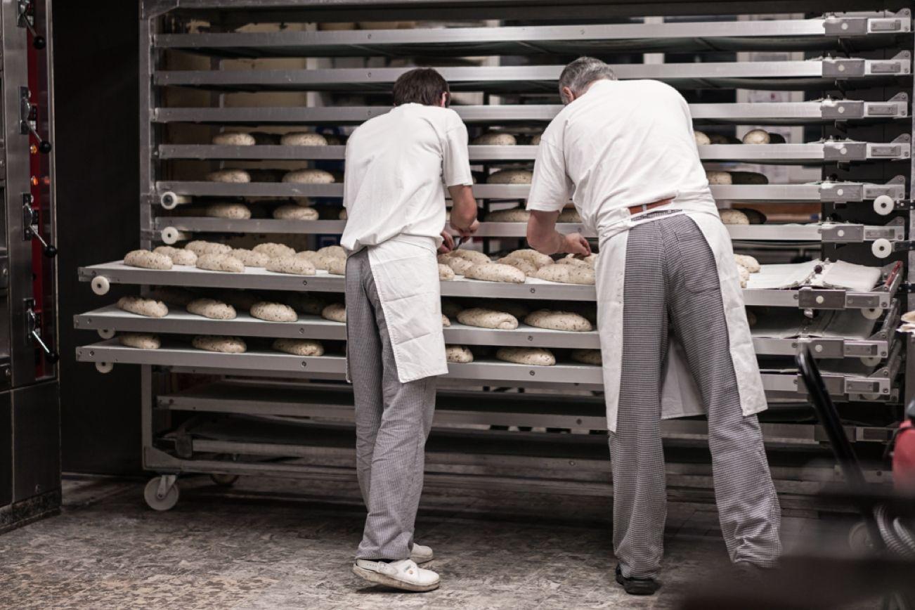 Bäckermeister bei der Arbeit
